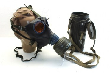 ww2 German gas mask Wehrmacht in container with unit 1/38