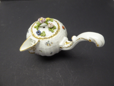 Meissen around 1745/1750 - Jug with console spout and raised rocaille-decorated handle with firestone relief