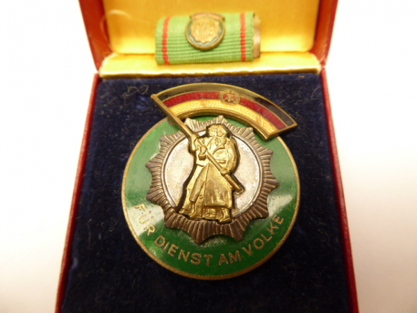 "Medal ""Badge of Honor of the German People's Police"" flag with coat of arms + interim clip in a case"