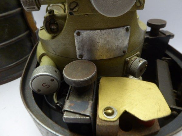 Th 40 theodolite with manufacturer code cme and serial number 233983 in the box