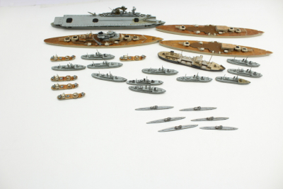 Kriegsmarine Togo NJL Nachtjagdtleitschiff 27 ship models such as submarine, Graf Zeppelin carrier made of wood, scale 1: 1000